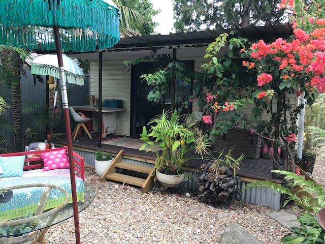 Garden cabin/studio. Cosy, basic, beachy, rustic.