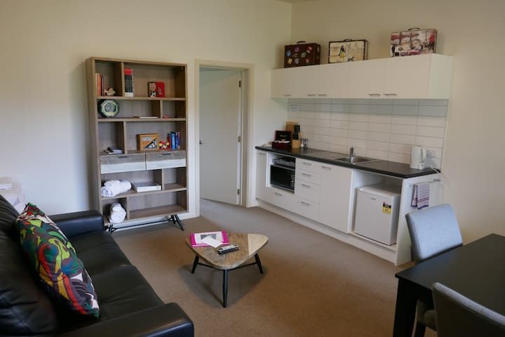 Kitchenette with microwave, hotplate and fridge.