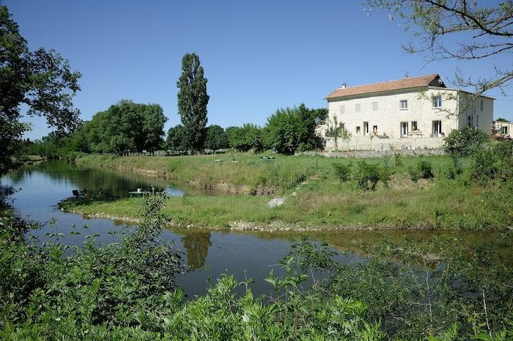 appartement au calme bord de rivière piscine Alès