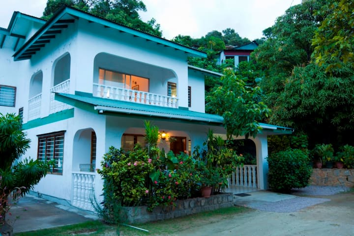 Le Mangliers Guest House - Victoria - Bed & Breakfast