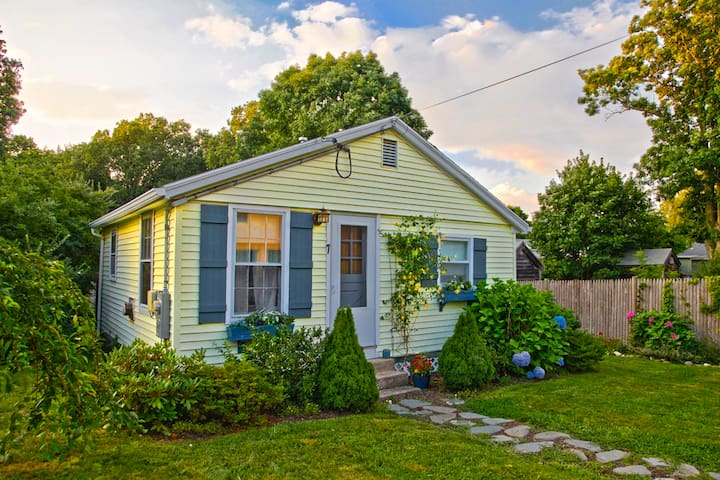 Classic New England Beach Cottage - Kingston
