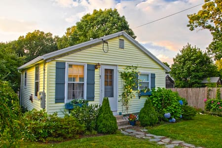 Classic New England Beach Cottage - Kingston - Casa