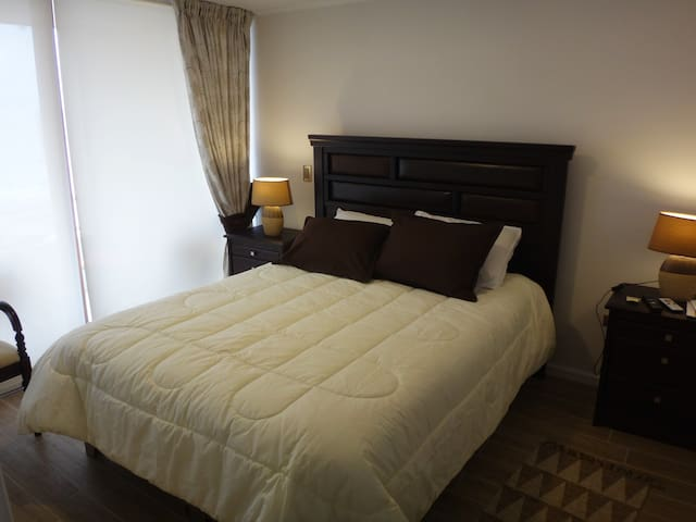 Dormitorio matrimonial equipado con SmartTV