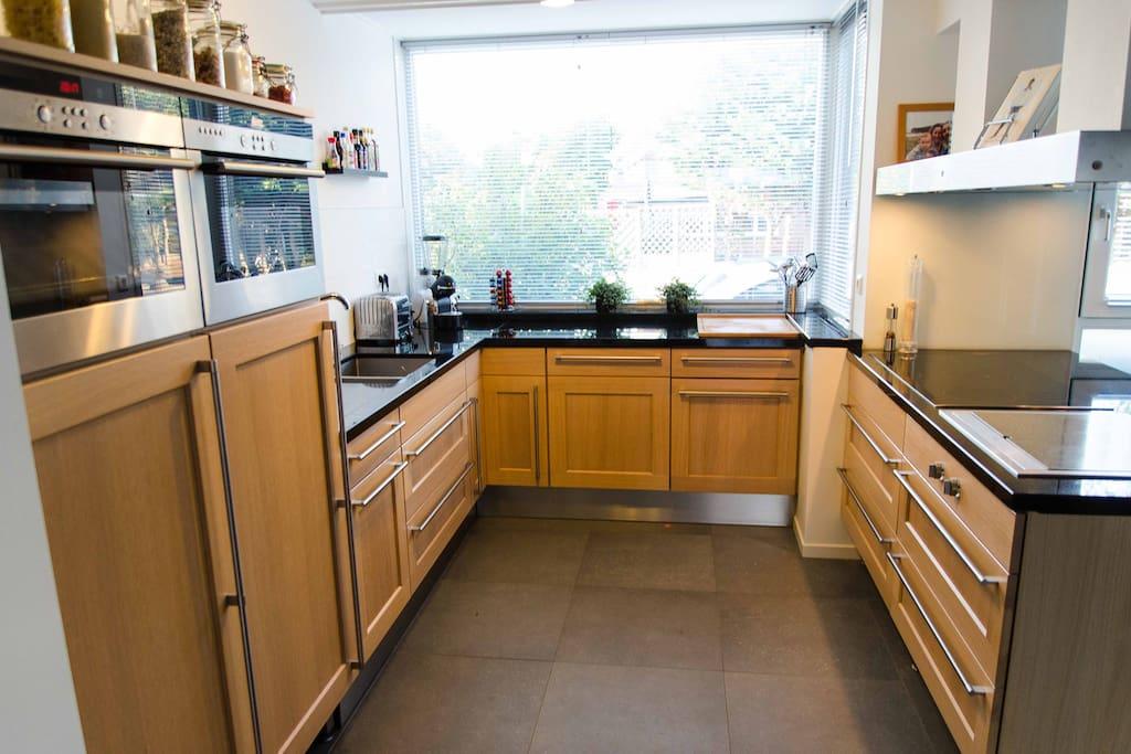 ruime keuken met moderne inbouwapparatuur