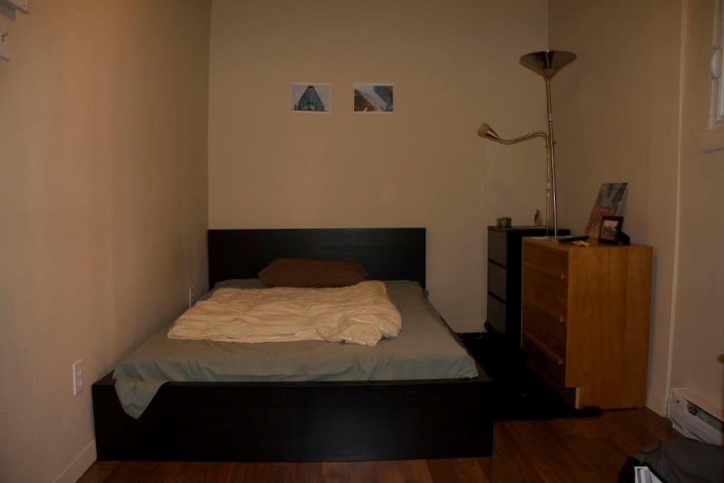 La Chambre (l'ordinateur ne pourra pas être utilisé). Le lit peut être utilisé par un couple ou un(e) célibataire et sa conquête du soir.