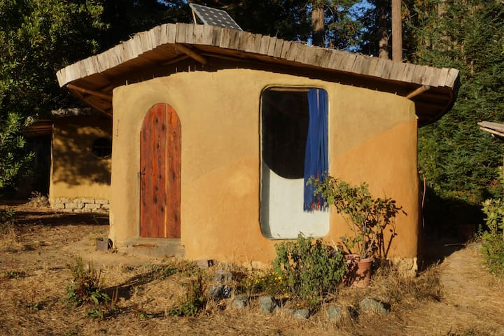 """Mud Hut"" single occupant getaway. - Gualala - Earth House"