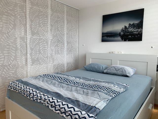 Ein angenehm hohes Queensize Bett (160cm breite) mit qualitativ hochwertiger Matratze. Pro Personen stellen wir zwei Kissen (hart und weich) und eine Decke bereit. Im Winter sogar eine zusätzliche Kuscheldecke. Am Kopfteil findest du Strom und USB.
