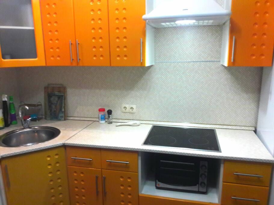 Кухня. Имеется вся необходимая посуда для приготовления и употребления вкусной еды.