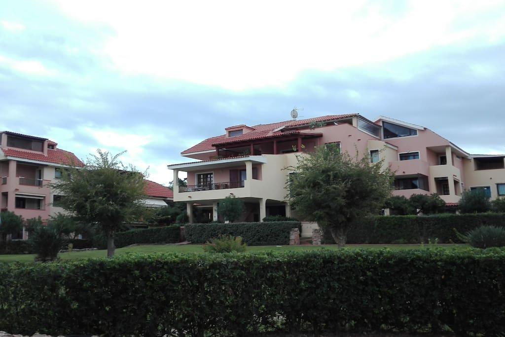 Vista del complesso residenziale Eucalyptus e del terrazzo dell'appartamento (giallo con balaustra in legno).