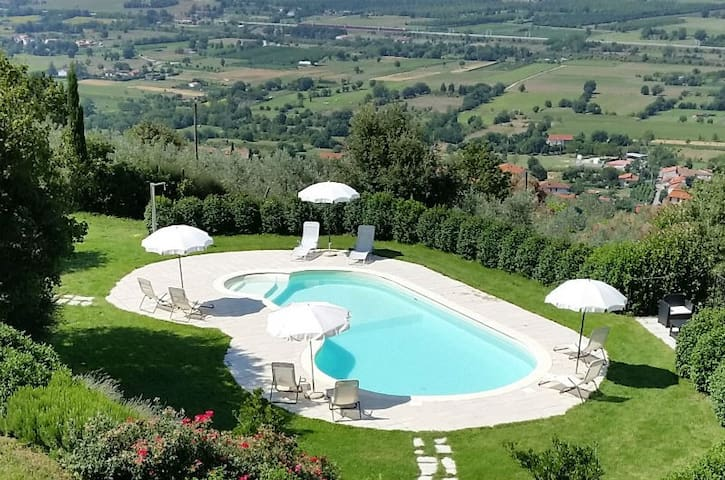 Apartament 'Ginestre'. Table and pool with view ! - Arezzo - Apartament