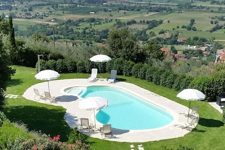 Apartament 'Ginestre'. Table and pool with view ! - 阿雷佐 - 公寓