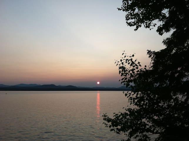 Peaceful lakeside Vermont cabin - Charlotte - Houten huisje