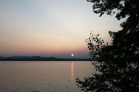 Peaceful lakeside Vermont cabin - Charlotte - Cabana