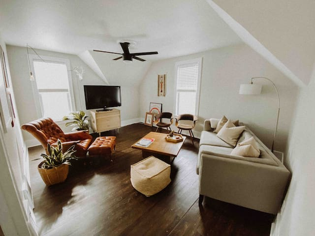 sunny upper unit - close to beach/downtown