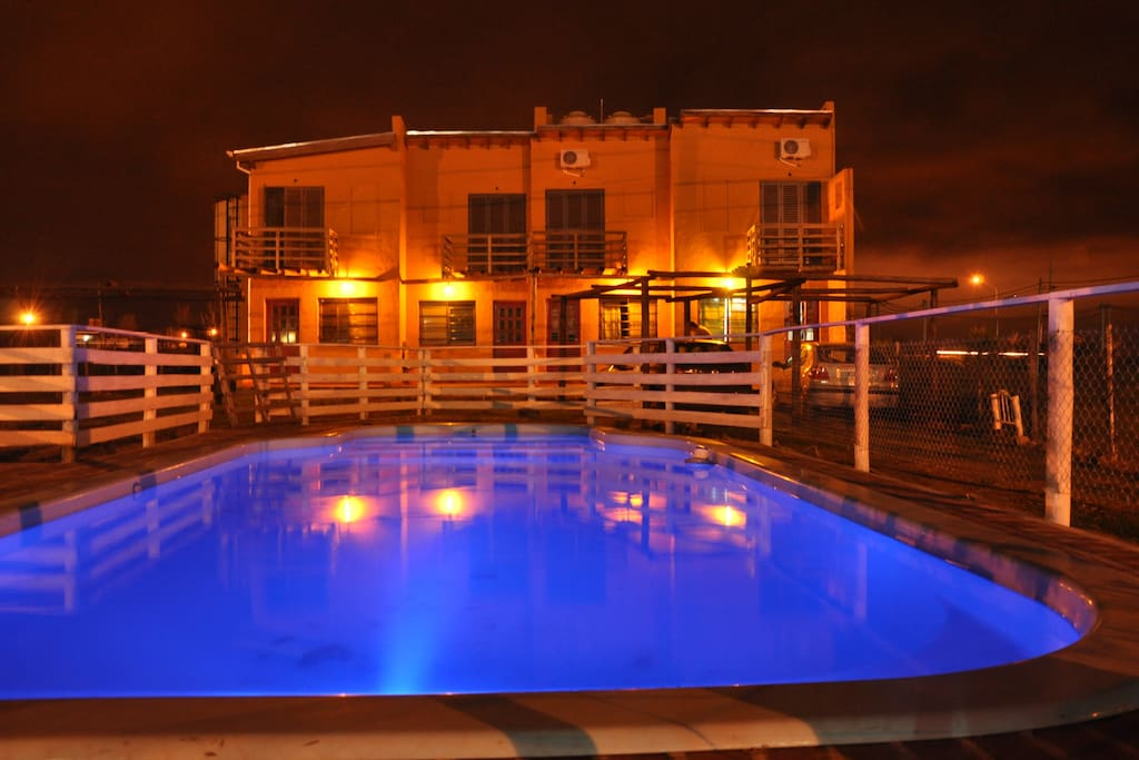 Amplia piscina en la tranquilidad nocturna
