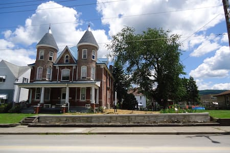 Fox Castle B+B Queen/ private bath - Connellsville