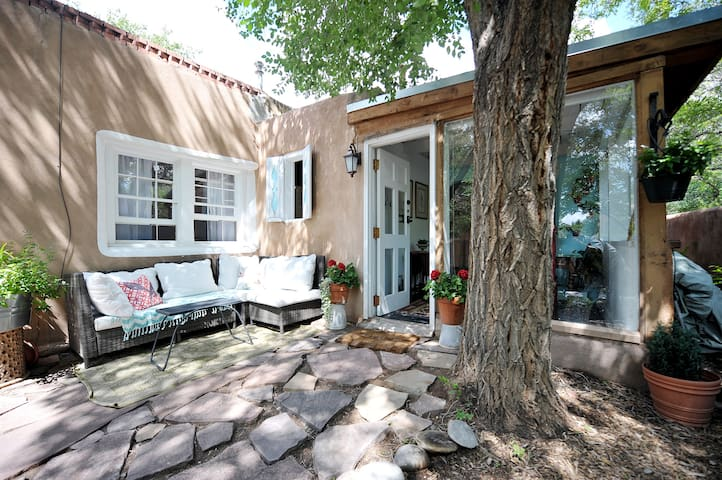 Historic Eastside Adobe Casita $100 April Special - Santa Fe - Casa