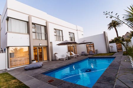 Room in Sunset Beach villa with ensuite bathroom - Kaapstad
