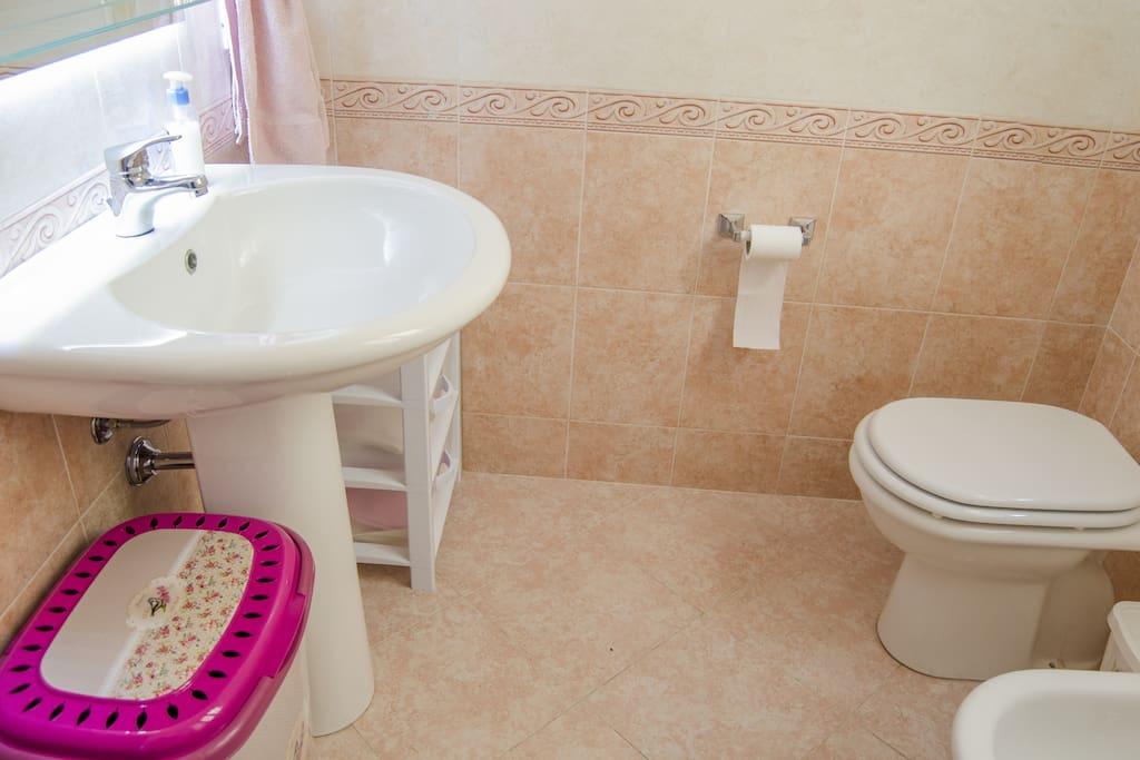 Bagno con wc,bidet,box doccia e lavabo