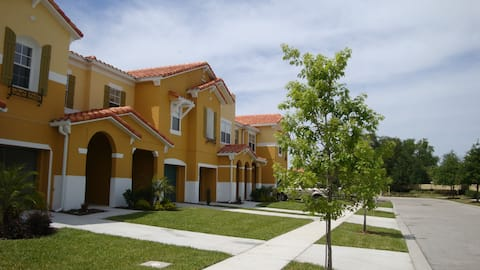 BEAUTIFUL LAKEVIEW TOWNHOME, 5 MILES TO DISNEY