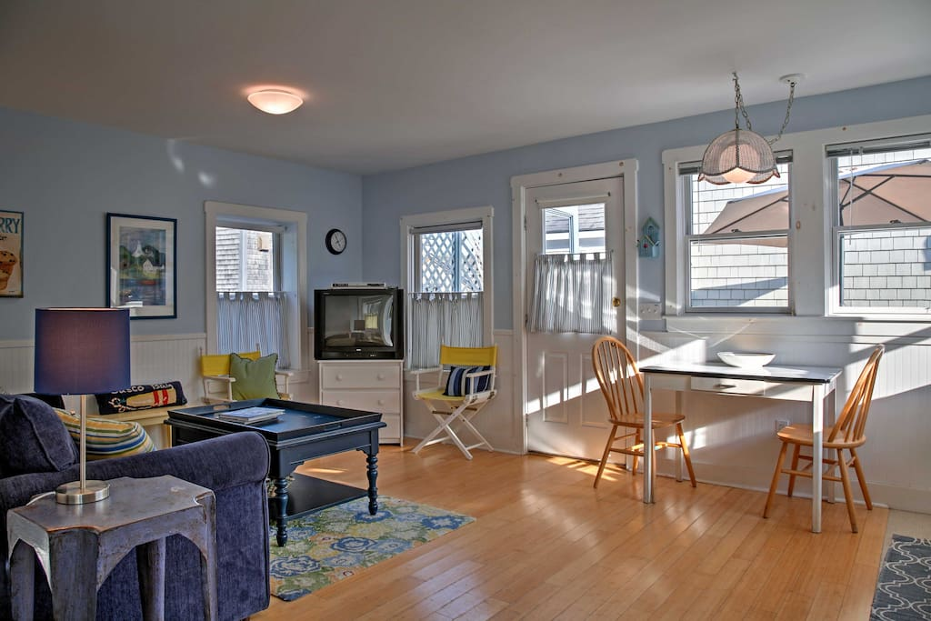 Inside, the home is adorned with nautical decor, creating a light and air atmosphere.