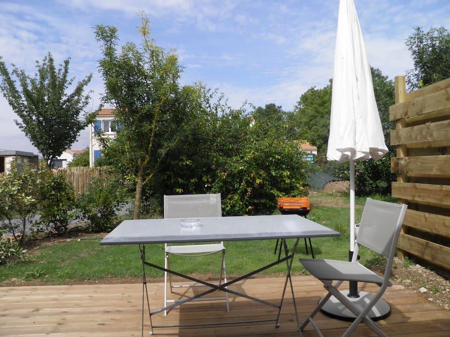 Terrasse et jardinet privatif, barbecue individuel.