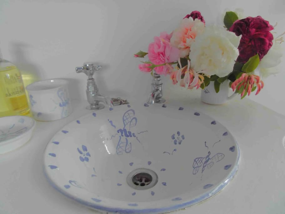 Handmade wash basin made by Laetitia Miles