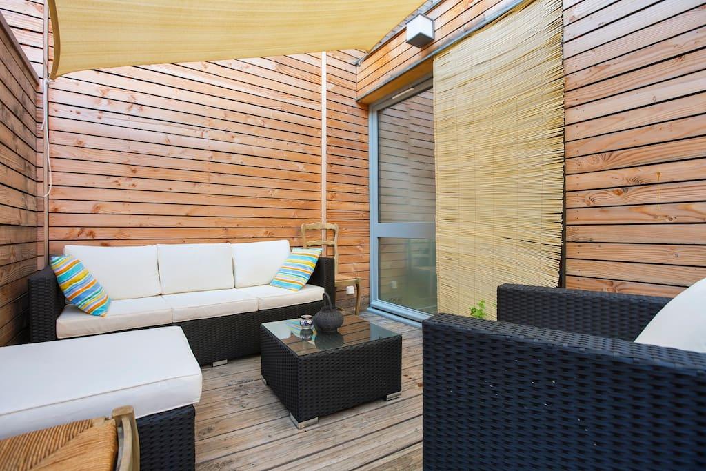 The terrace, with shade during summer, perfect for breakfast or your lazy evening / La terrasse, avec le voile d'ombrage pour supporter la chaleur de l'été.