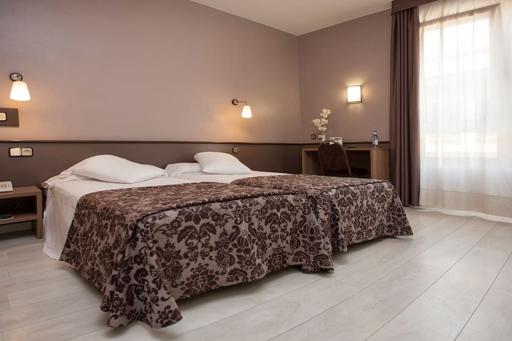 Habitacion triple en hotel bed and breakfasts en for Hotel habitacion familiar tarragona