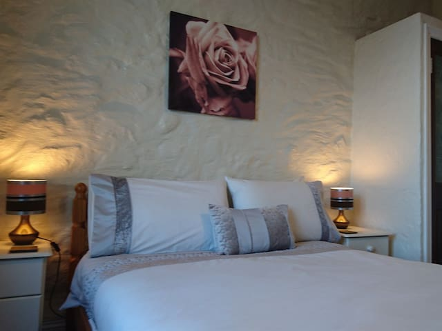 Ensuite double room in a lovely village B&B