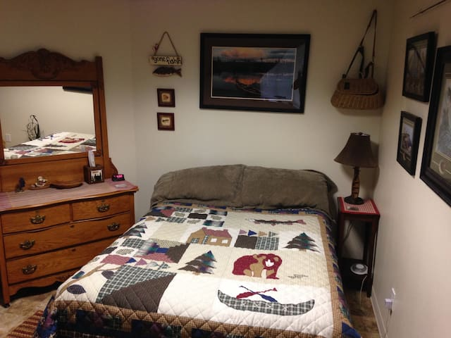 BEAR DEN unit  Bd. Rm #4 sleeps 4 Fishing Room  Queen size bed and full size futon