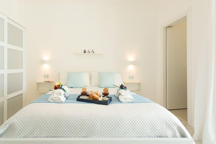 Camera da letto con bagno e vista mare