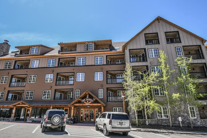 Great condo in the Village!  Walk to everything! Dakota Lodge 8481