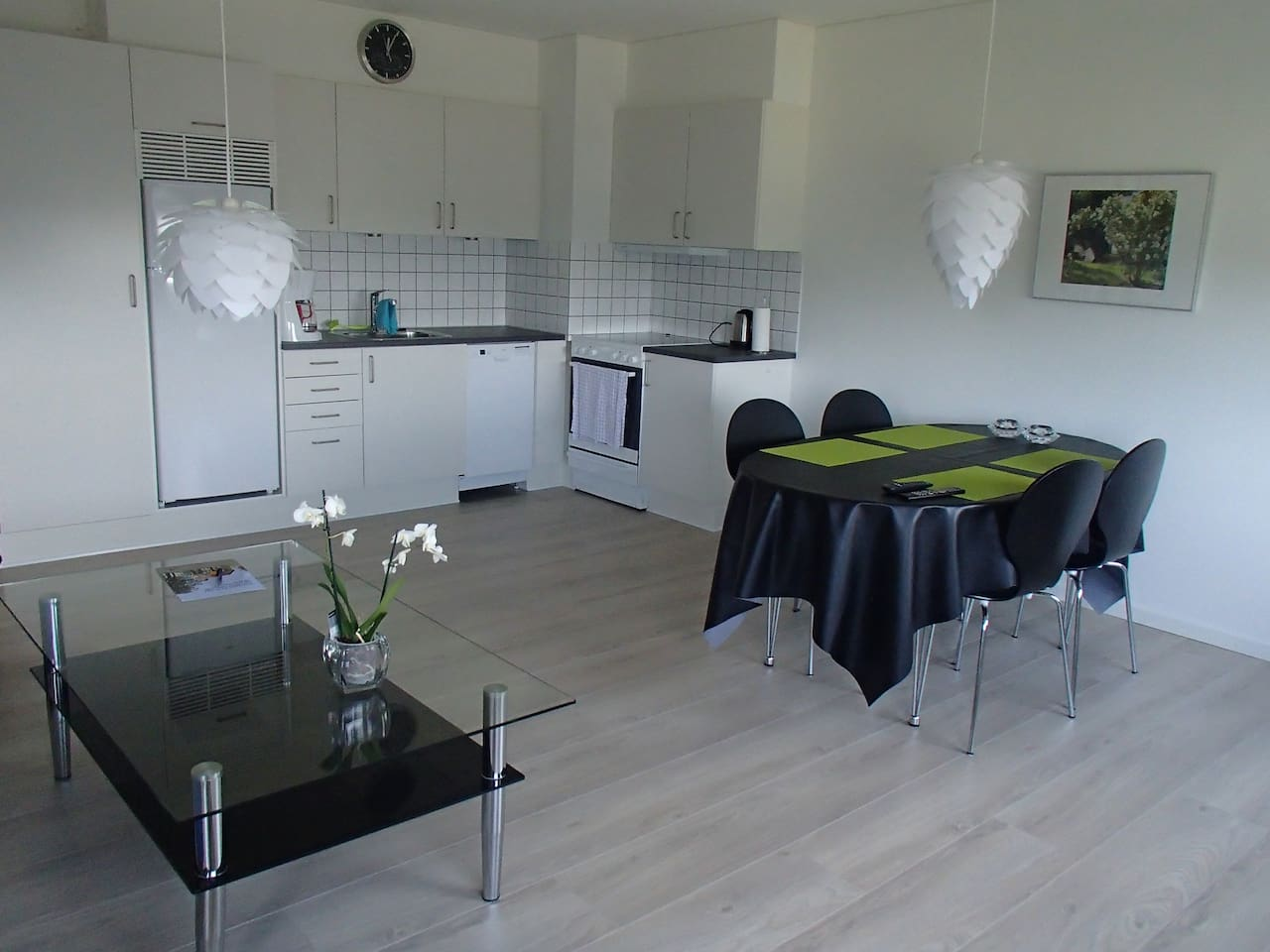 An integrated livingroom with a kitchen.. all new facilitated.Complete  eqiupt.