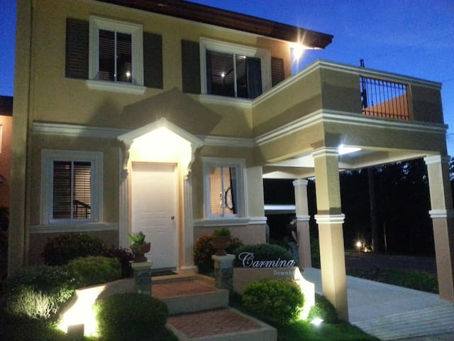 Private room with private CR+terrace in new house - Tagaytay - Hus