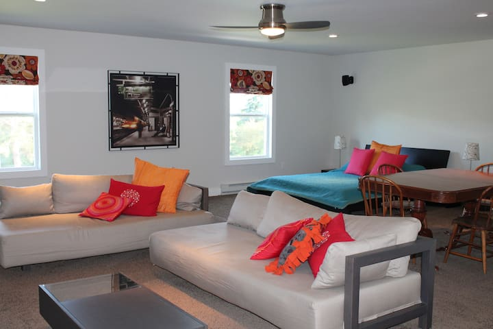 Gorgeous Waterfront sleeps 10 on Lake Leelanau!