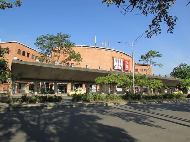 Terminal de transporte terrestre (Terminal del Sur) a 1.2 km de distancia.