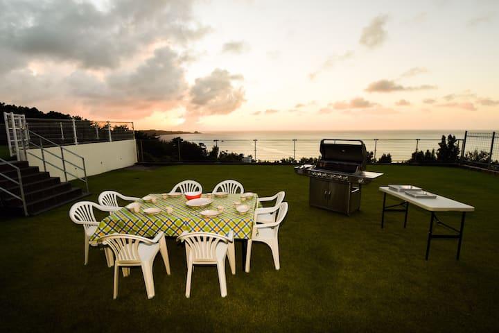 2020年12月OPEN  Ocean View!広い庭で沖縄の夕日と共にBBQ!大人数宿泊可能!