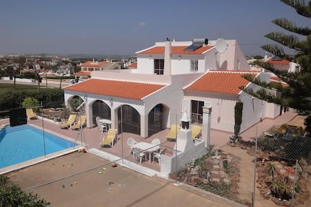 Spacious Villa Pool & Gamescourt - Albufeira