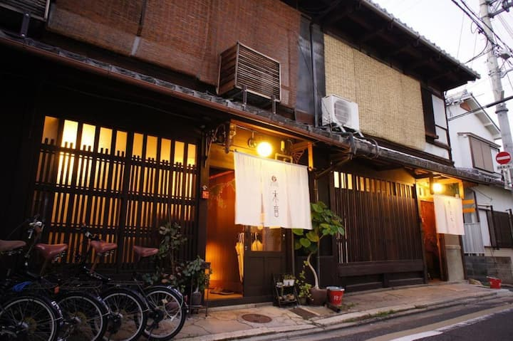 【Women only】【Dormitory room for 4 people】 townhouse over 85 years old! Near Kinkakuji and Kitano Tenmangu Shrine!