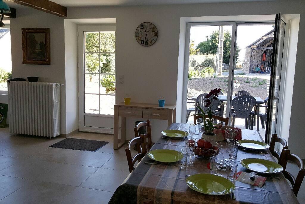 Cuisine donnant sur le salon et sur terrasse avec barbecue en façade sud