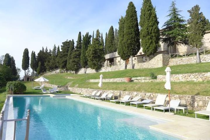 2 bedroom apartment with pool near Siena