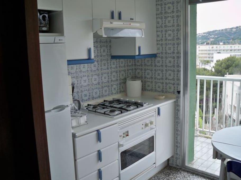 Cuisine équipée, four, microondes, lave vaisselle, vaisselle, vue depuis le balcon cuisine sur les montagnes
