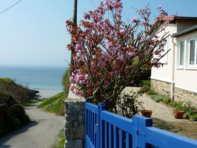 1-1/2BR garden cottage, seaside  - Le Conquet - Huis