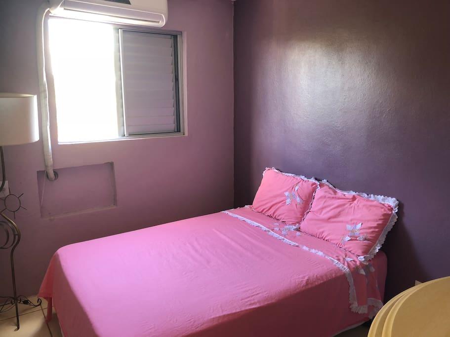 Cama para casal, quarto com ar condicionado de 18.000 Btus