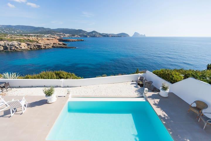 Bonita casa con piscina, espectaculares vistas al mar, Es Vedra y a solo 5 min. caminado de la playa