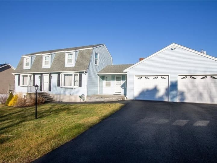 Spacious Middletown home minutes to the beach
