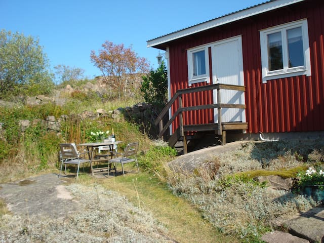 Lovely cabin in a pretty location - Kungshamn - Hytte