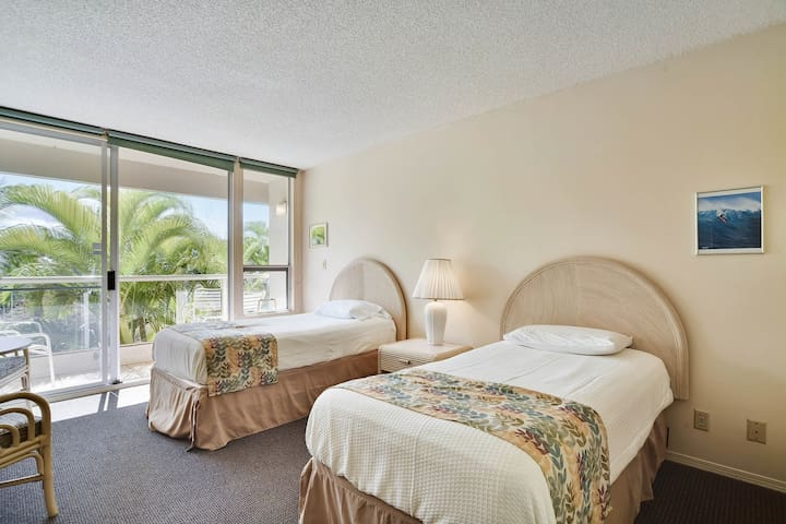 Cozy suite with shared pool, hot tub, tennis - moments from beach!