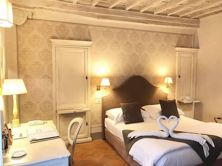 Deluxe Romantic Room in Cortona
